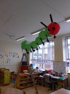 Caterpillar Rupsje nooitgenoeg Versiering voor de klas of op een feestje. Creatief met ballonen. The Very Hungry Caterpillar Activities, Hungry Caterpillar Party, Class Decoration, School Decorations, Farm Birthday, 1st Birthday Parties, Nursery Layout, Preschool Boards, Modern Classroom