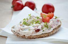 Der Tomaten-Kresse-Aufstrich schmeckt köstlich auf Vollkornbrot. Ein Rezept mit wenig Fett, aber Vitaminen.