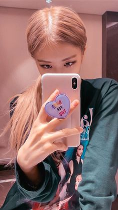 Rose is filmed with the phone in front of the mirror. Kpop Girl Groups, Korean Girl Groups, Kpop Girls, Kim Jennie, Foto Rose, Rose Bonbon, Rose Park, Kim Jisoo, Black Pink Kpop
