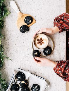 Tendres, moelleux et avec une consistance qui fait penser à des brownies, ce sont les biscuits parfaits pour satisfaire une envie de chocolat. On ne lésine pas sur la qualité des ingrédients. On se procure une bonne poudre de cacao, de la tartinade choco-noisette maison ou du commerce (idéalement sans gras trans) et du chocolat blanc de notre chocolatier préféré.