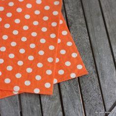 Serviettes en papier orange vif à pois blancs