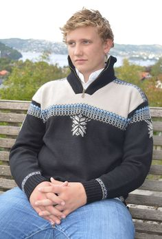 Voss Sweater - a sporty design which is comfortable to wear when you are acitve. Voss is knitted in 100% wool with a high zipped collar and a soft fleece lining. An practical elastic drawstring at the base of the sweater gives a it a perfect fit on the hip. Machine washable, available in sizes XS-XXL and 3 different colours.