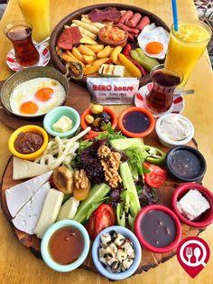 """Sıcak Kahvaltı Tabağı & Köy Kahvaltı Tabağı - Hero House Cafe / İstanbul ( Acıbadem )   Çalışma Saatleri 09:00-02:00  0 216 339 98 43  Sıcak #Kahvaltı Tabağı 25 TL  Köy Kahvaltısı 22 TL   Alkollü Mekan  Paket Servis Yok  Multinet Sodexo Ticket Var  Açık Alan Var  Otopark Vale Parking Var DAHA FAZLASI İÇİN #YOUTUBE """"YEMEK NEREDE YENİR"""" ABONE OL Sınırız #çay servisi ile birlikte Köy kahvaltısının yanında sahanda yumurta ücretsizdir. Portakal suyu fiyata dahil değildir."""