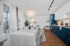 Fantastiskt kök från Ballingslöv, utrustat med påkostade vitvaror från SMEG. Klassisk bänkskiva i vit stenkomposit, som läckert bryter av mot de i övrigt tvåfärgade köksskåpen.
