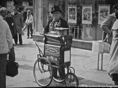 .... Organetto da strada in østergade....Copenaghen (DK) - 30-giu-1980 - © Umberto Garbagnati -