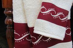 Conjunto de toalhas turcas com barras em linho bordadas Temos disponíveis várias cores Loja online / online shop: www.bordal.pt #bordal #handmade #bordadomadeira #madeiraembroidery