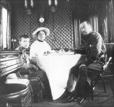 L'imperatore Nicola II e sua moglie imperatrice Alexandra Fyodorovna con il figlio Alexei.