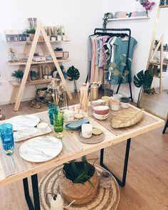 Nos encanta la decoración, y en especial los pequeños detalles que hacen que cada espacio sea único ✨ Hemos traido una selección de… Table Decorations, Furniture, Home Decor, Space, Desk, Homemade Home Decor, Home Furnishings, Interior Design, Home Interiors
