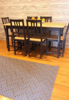 Tapete de crochê quadrado zigue-zague para sala de estar Room Rugs, Rugs In Living Room, Diy Crafts Knitting, Scatter Rugs, Cost Of Carpet, Oval Rugs, Crafts Beautiful, Rugs Usa, Indoor Outdoor Rugs