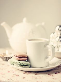 White tea cups and macaroons. Coffee Break, Coffee Time, Tea Time, Macarons, White Tea Cups, Afternoon Tea, Tea Party, Brewing, Sweet Treats