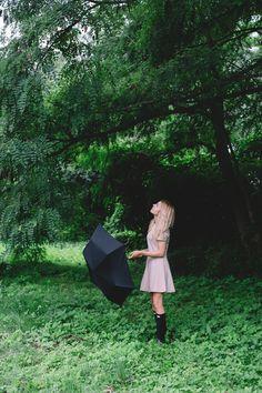 """W Trójmieście zrobiło się ostatnio romantycznie. Nic tak bowiem nietworzy nastroju jak smugi deszczu na szybie, puste ulice i odgłos grzmotów. Burze to dla mnie świetna wymówka, aby trochę odpocząć - przecież w taką pogodę nie da rady robić zdjęć. Poza tym, w telewizji zaraz zaczyna się """"Harry Potter"""", a w zamrażalniku czekają na mnie lody orzechowedomowej roboty. Coś mnie jednak ciągnęło na zewnątrz -miłość do fotografii, ku rozpaczy niektórych moich bliskich,nawiedza mnie bez względ..."""