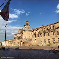 Castelli di città. La #PicOfTheDay #turismoer di oggi passeggia nel cuore medievale di #Carpi, verso il meastoso #PalazzodeiPio. Complimenti e grazie a @tacco_quindici / City castles. Today's #PicOfTheDay #turismoer strolls in the medieval heart of #Carpi, toward the imposing Pio Palace. Congrats and thanks to @tacco_quindici