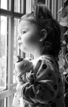 Beautiful black and white photo Precious Children, Beautiful Children, Beautiful Babies, Simply Beautiful, Kind Photo, Looking Out The Window, Little People, Belle Photo, Baby Pictures