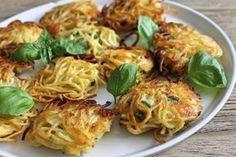 Spaghi fritti con zucchine e mozzarella. Uno stuzzichino davvero invitante per un aperitivo rinforzato che non può mancare ai vostri buffet.