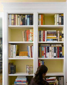 Dicas para incrementar o visual de estantes, deixando-as charmosas e renovadas. São quatro recursos criativos para revitalizar esse tipo de móvel, e assim,