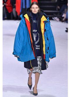 3b58bbf855 Wow! Balenciagas extrem gelayerte Jacke. Ob das der nächste Herbst-Trend  wird? #balenciaga #runway #layering #jacken #mäntel #trends