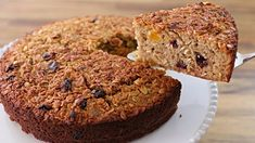 If you like cakes and desserts but worried about your diet, this healthy oatmeal cake with dried fruits may be the solution for you. Healthier cake recipe, without processed sugar, without butter or tons of fat, gluten free and really easy to make. Healthy Oatmeal Cake Recipe, Healthy Cake Recipes, Easy Recipes, Cooking Recipes, Peanut Butter Oatmeal Bars, Chocolate Peanut Butter, Food Cakes, Oatmeal Dessert, Banana Madura