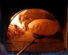 """La ricetta del pane carasau    Il pane carasau è una vera e propria specialità della Sardegna. È conosciuto anche col nome di """"carta da musica"""" per la sua croccantezza e per il suono che produce quando lo si mangia. Viene lavorato a mano e cotto nel forno a legna. Scoprite come si prepara nel nostro articolo e provate a cimentarvi voi stessi!   Blog"""