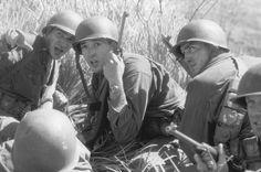 John Cusack, Jim Caviezel, and Ben Chaplin in La delgada línea roja (1998)