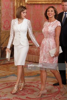 King Felipe VI of Spain and Queen Letizia of Spain receive Romanian President Klaus Werner Iohannis and wife Carmen Iohannis at the Royal Palace on July 2015 in Madrid, Spain.Queen Letizia of Spain Photos Photos - Spanish Royals Host a Lunch For Pres Princess Letizia, Queen Letizia, Only Fashion, Royal Fashion, Presidents Wives, Style Royal, Royal Dresses, Royal Clothing, Mother Of The Bride
