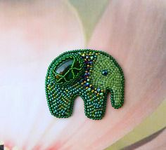 Broche de elefante verde bordado del grano.  HECHO A LA MEDIDA