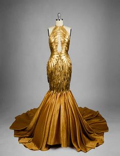 Gilded feather couture mermaid dress Informations About Vergoldeter Feder-Couture-Meerjungfrau-Kleid Pretty Dresses, Beautiful Dresses, Fantasy Gowns, Mermaid Gown, Mermaid Dresses, The Dress, Gown Dress, Dress Long, Costume Design