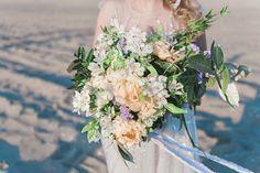Wat een prachtig, zacht trouwboeket! Perfect voor het voorjaar. Foto: Wit Photography