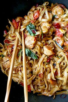 Drunken Noodles - Pad Kee Mao - Pickled Plum Food And Drinks A fiery and fragrant Drunken Noodles Recipe that tastes like authentic Bangkok street-food! This simple Thai Pad Kee Mao is ready in 16 minutes from start to finish. Plats Healthy, Asian Recipes, Healthy Recipes, Asian Noodle Recipes, Healthy Breakfasts, Asian Cooking, Pasta Dishes, Ramen Dishes, Dinner Recipes