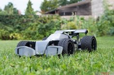 Dark Pirat im Rasen - der Test. Im Gras fühlt sich das RC Auto nicht so wohl. Dafür sind einfach die Reifen zu klein und der Abstand zum Boden zu kurz. Auf frisch gemähten Rasen fährt er aber ganz passabel.