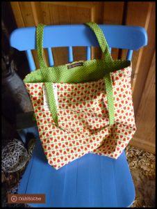 """Wendetasche """"Wendy"""" aus Kokastoff mit Tulpen und grün-weiß gepunktetem Stoff."""