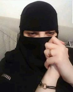 Beautiful Arab Women, Beautiful Hijab, Arab Girls Hijab, Girl Hijab, Moon Photography, Girl Photography Poses, Marriage Sites, Niqab, Baby Girl Dresses