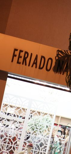 """FERIADO NACIONAL ☼ Lançamos nossa nova coleção """"Costa Dourada"""", na quinta-feira 25. Junto ao lançamento do Verão 2017, celebramos 30 anos no mercado de moda praia e fitness. https://www.facebook.com/FeriadoNacional/"""