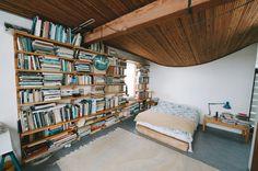 Excelente biblioteca-habitación!