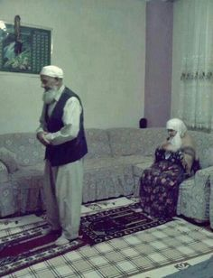 this picture influences me because all muslim pray and we respect our god Allah. Cute Muslim Couples, Old Couples, Cute Couples Goals, Islamic Love Quotes, Muslim Quotes, Islamic Inspirational Quotes, Allah Islam, Islam Quran, Couple Musulman