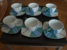 Théière verte et bleue et ses tasses à thé