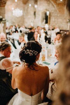Mehr Wedding Inspo gesucht? Schaut gerne auf meinem Blog vorbei!   Location: Melkerhof Fotograf: Tobias Müller, PhoTobi #photobisiert Natürlich, ungezwungen, authentisch! Tobias, Location, Hair Inspo, Wedding Hairstyles, Backless, Blog, Fashion, Small Moments, Baby Sister