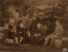 Imperador Pedro II, imperatriz Teresa Cristina com membros da família imperial na Tijuca, no Rio de Janeiro, 1887. Arquivo Nacional. Fundo Fotografias Avulsas. BR_RJANRIO_O2_0_FOT_00396_001.