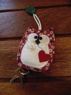 Delicada e charmosa o Esconde chave de coruja é um encanto para enfeitar sua porta e guardar suas chaves.
