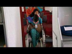 Pict : Pramugari Garuda Gendong Seorang Nenek, Netizenpu Kagum – Meteorpost