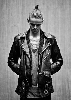 Cool handsome young man is wearing double leather riders jacket Grunge Outfits, Grunge Fashion, Look Fashion, Mens Fashion, Style Rock Hommes, Hommes Grunge, Rock Style Men, Mode Man, Riders Jacket
