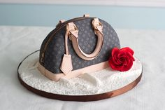 Designer Handbag Cake Tutorial Check out how to make a designer handbag cake, inspired by a Louis Vuitton purse. Fondant Cakes, Cupcake Cakes, Fondant Bow, Fondant Flowers, Fondant Figures, Marshmallow Fondant, Fondant Molds, Shoe Cakes, Purse Cakes