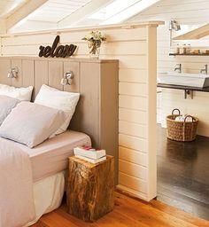 Dormitorio con murete a modo de cabecero que delimita la zona de baño