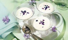 Jogurtcrème mit gezuckerten Veilchen - Rezepte - Schweizer Milch Gelatine, Panna Cotta, Pudding, Ethnic Recipes, Food, Violets, Dairy, Food Portions, Health