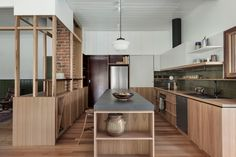Old Farmhouse Kitchen, Kitchen Dining, Kitchen Cabinetry, Farmhouse Ideas, Mid Century Modern Kitchen, Mid Century Modern Design, Cocinas Kitchen, Interior Architecture, Interior Design