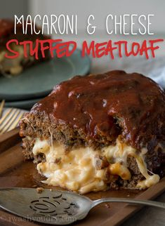 Macaroni Cheese Stuffed Meatloaf is a tender meatloaf that's stuffed with extra cheesy macaroni, making it a dinner you can't resist! Macaroni Cheese Stuffed Meatloaf is the perfect way to bring new l Meat Recipes, Cooking Recipes, Hamburger Recipes, Dinner Recipes, Savoury Recipes, Turkey Recipes, Yummy Recipes, Healthy Recipes, Crockpot