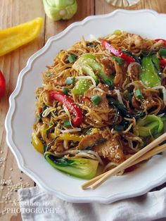 Az otthon ízei: Csirke Chow Mein Chow Mein, Chow Chow, Japchae, Chicken Recipes, Food And Drink, Yummy Food, Diet, Ethnic Recipes, Foods
