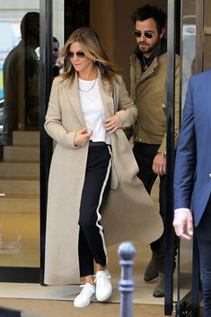 Jennifer Aniston Just Made Sneakers and Track Pants Look Chic - Jennifer Aniston Just Made Sneakers and Track Pants Look Chic Indie Outfits, Cool Outfits, Casual Outfits, Fashion Outfits, Womens Fashion, Fashion Trends, Looks Street Style, Looks Style, Vetement Hippie Chic