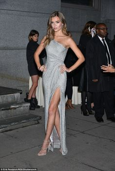 Josephine Skriver dazzles in off the shoulder silver gown at NYC gala - Gowns Josephine Skriver, Vestido Strapless, Strapless Dress Formal, Elegant Dresses, Pretty Dresses, Silver Gown, Long Silver Dress, Evening Dresses, Prom Dresses
