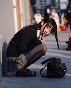 Squatting is such a comfortable position. School Girl Japan, School Girl Dress, School Uniform Girls, Girls Uniforms, Japan Girl, Japan Japan, High School Girls, Beautiful Japanese Girl, Beautiful Asian Girls