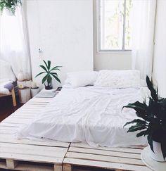 shabby-chic-white-pallet-platform-bed.jpg (720×742)